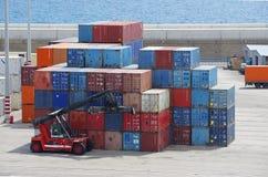 Контейнеры и несущая контейнера стоковая фотография rf