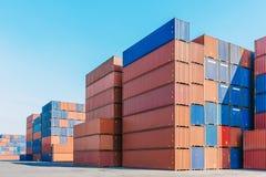 Контейнеры кладут в коробку для логистического дела импорта экспорта Стоковые Изображения RF
