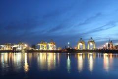 Контейнеры нагружая на море порт торговой операции на ноче Стоковое фото RF