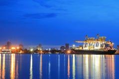 Контейнеры нагружая на море порт торговой операции Стоковая Фотография