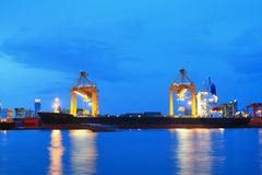 Контейнеры нагружая на море порт торговой операции Стоковые Фото
