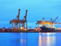 Контейнеры нагружая на море порт торговой операции Стоковые Фотографии RF