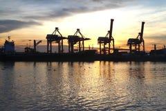 Контейнеры нагружая на море порт торговой операции Стоковая Фотография RF