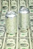 Контейнеры напитка денег и алюминия Стоковое фото RF