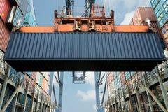 Контейнеры экспорта загрузки крана берега в пользе корабля перевозки для im стоковое изображение