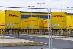 Контейнеры для перевозок DHL перед снабжениями Амазонки строя 12-ого марта 2017 в Dobroviz, чехии Стоковая Фотография