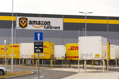 Контейнеры для перевозок DHL перед снабжениями Амазонки строя 12-ого марта 2017 в Dobroviz, чехии Стоковые Изображения