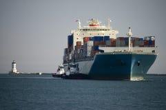 контейнер вводит корабль гавани Стоковые Изображения