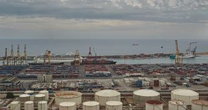 Контейнер и коммерчески порт Барселоны сток-видео