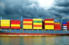 Контейнер и плавание перехода грузового корабля в море стоковые фотографии rf
