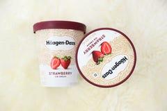 Контейнер мороженого Haagen-Dazs в вкусе клубники стоковые фотографии rf