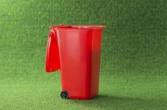 Контейнер мусорного ведра красного цвета открытый Стоковое Изображение