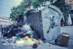 Контейнер отброса переполняя в улице города Стоковые Фотографии RF