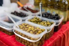 Контейнер содержа оливки различных цветов Стоковое фото RF