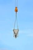 Контейнер цемента крана поднимаясь смешивая Стоковая Фотография