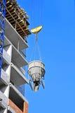 Контейнер цемента крана поднимаясь смешивая Стоковое Фото