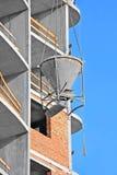 Контейнер цемента крана поднимаясь смешивая Стоковая Фотография RF