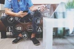 Контекст медицинских и здоровья, рука доктора работая с умным телефоном, Стоковые Фото