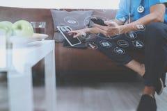Контекст медицинских и здоровья, рука доктора работая с умным телефоном, Стоковая Фотография