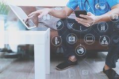 Контекст медицинских и здоровья, рука доктора работая с умным телефоном, Стоковые Фотографии RF