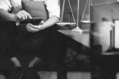 Контекст правосудия и закона Мужская рука юриста сидя на софе и wor Стоковые Изображения RF