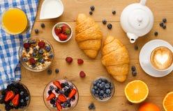 Континентальный завтрак с круассанами и ягодами на естественной древесине Стоковые Фото