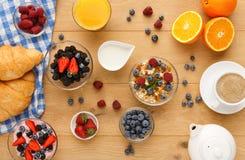 Континентальный завтрак с круассанами и ягодами на естественной древесине Стоковое Фото