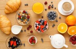 Континентальный завтрак с круассанами и ягодами на естественной древесине Стоковая Фотография RF