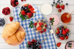 Континентальный завтрак с круассанами и ягодами на checkered ткани Стоковая Фотография