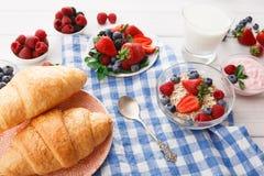 Континентальный завтрак с круассанами и ягодами на checkered ткани Стоковое Изображение RF