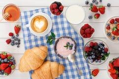 Континентальный завтрак с круассанами и ягодами на checkered ткани Стоковое Изображение