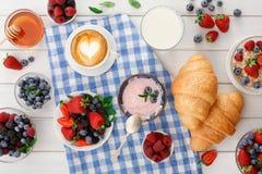 Континентальный завтрак с круассанами и ягодами на checkered ткани Стоковые Фото