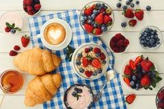 Континентальный завтрак с круассанами и ягодами на checkered c Стоковое Изображение RF