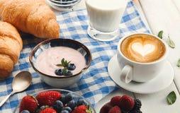 Континентальный завтрак с круассанами и ягодами на checkered c Стоковые Фотографии RF