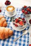Континентальный завтрак с круассанами и ягодами на checkered c Стоковое Изображение