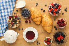 Континентальный завтрак с круассанами и ягоды на естественном сватают Стоковое Фото