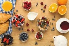 Континентальный завтрак с круассанами и ягоды на естественном сватают Стоковое Изображение