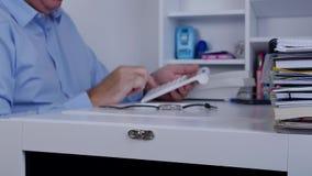 Конторская работа бизнесмена делает финансовое вычисление используя машину добавления видеоматериал