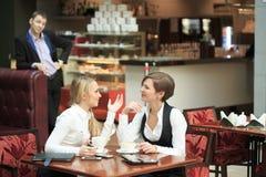 Конторский персонал 2 подруг в кафе на a Стоковое Изображение RF