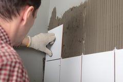 контрактор устанавливая плитки стоковые фотографии rf