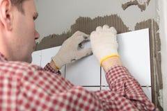 контрактор устанавливая плитки стоковые фото