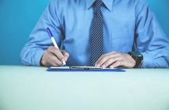 Контракт бизнесмена подписывая владение домашнего ключа принципиальной схемы дела золотистое достигая небо к Стоковые Изображения RF