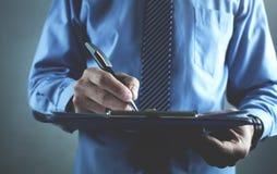 Контракт бизнесмена подписывая владение домашнего ключа принципиальной схемы дела золотистое достигая небо к Стоковое Изображение
