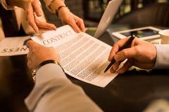 Контракт бизнесмена подписывая во время встречи с коллегой дела в кафе Стоковые Фото