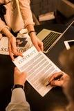 контракт бизнесмена подписывая во время встречи с коллегой дела Стоковые Изображения