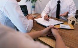 Контракт бизнесмена подписывая делая дело с временем недвижимости Стоковые Изображения RF