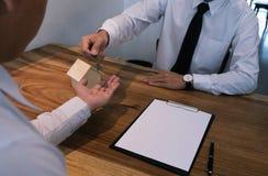 Контракт бизнесмена подписывая делая дело с временем недвижимости Стоковые Фотографии RF