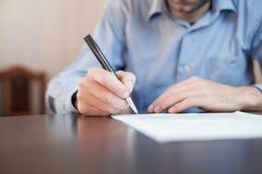 Контракт бизнесмена подписывая Стоковые Изображения RF