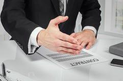 Контракт бизнесмена подписывая делая дело, классическое дело Стоковые Изображения RF