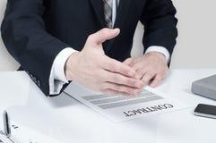 Контракт бизнесмена подписывая делая дело, классическое дело Стоковая Фотография